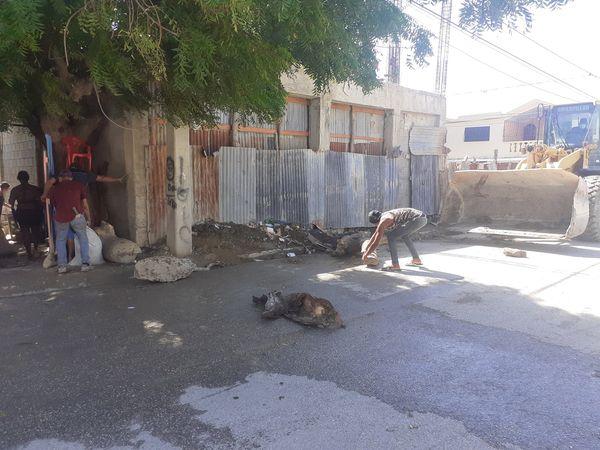 Alcalde Domingo de los Santos (Savin) retira escombros y troncos de algunas calles de Vicente Noble
